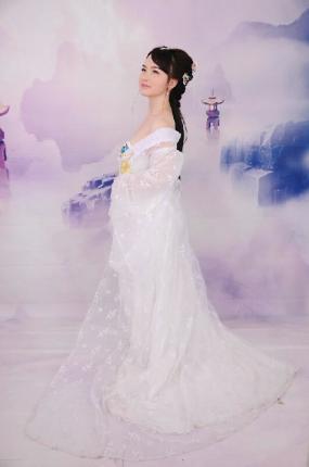 蓝紫孔雀旗袍显风采